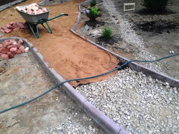 Укладываем щебень и песок