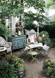 Сад в английском стиле можно оформить и за очень скромные деньги. Главное проявить фантазию и подойти к делу с любовью!