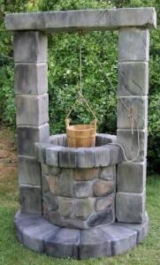 Декоративный колодец из камня