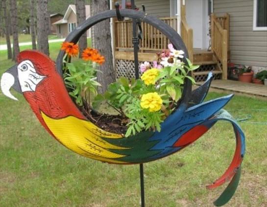 Кашпо из шин в виде попугая