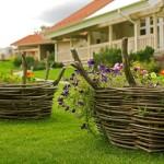 Клумбы-корзины в деревенском стиле