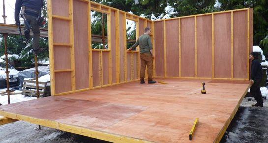 Монтаж стен щитового дачного дома
