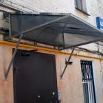 козырек над крыльцом из поликарбоната и металла
