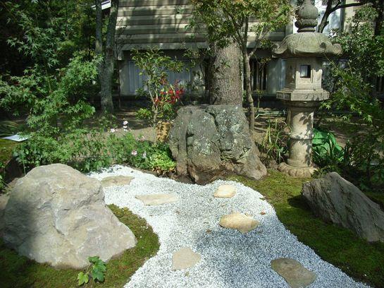 Щебневая дорожка в японском стиле