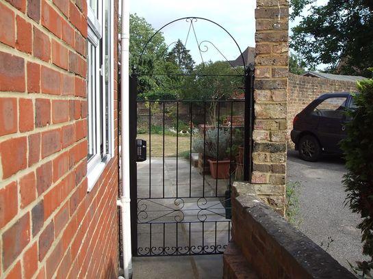 Сварная ажурная дверца из прутка и полосы