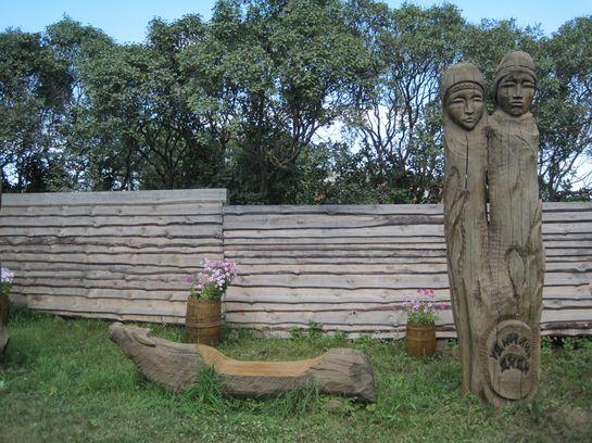Деревянное ограждение из необрезной доски